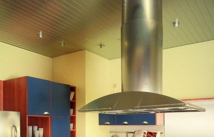 Реечные панели для потолка на кухне