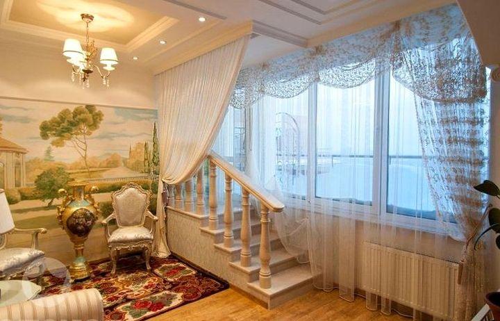 Большое окно и белый цвет штор