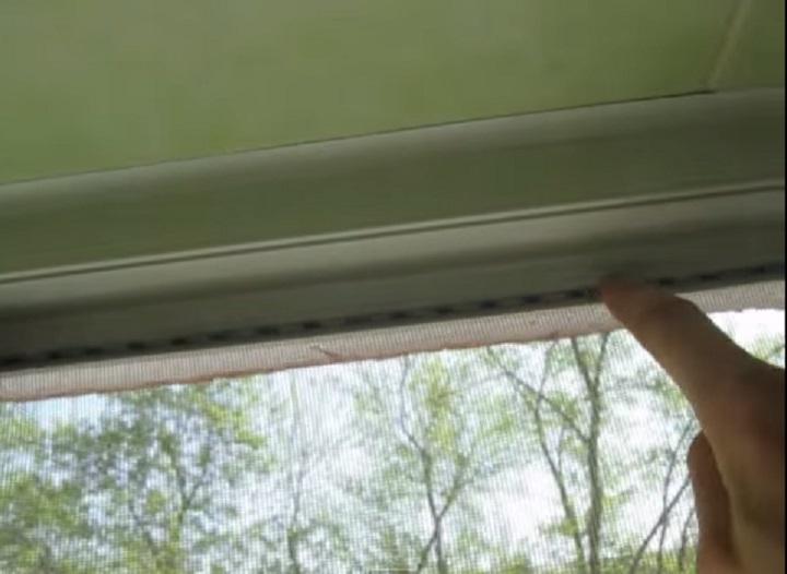 Москитная сетка может крепиться в профиль рамы шнуром