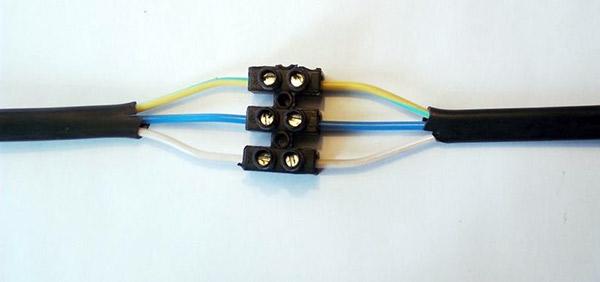 Соединение проводов через клеммную колодку
