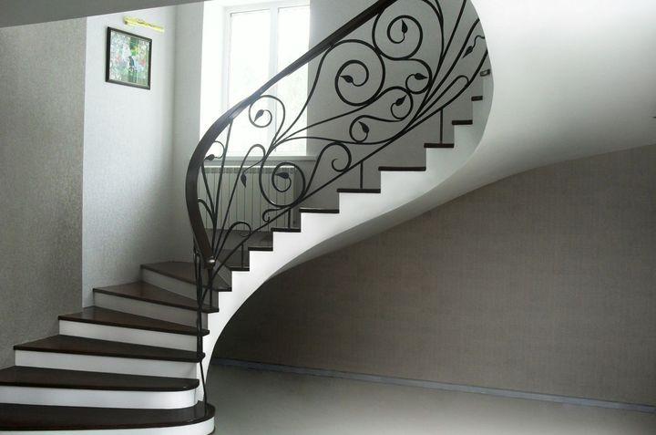 Бетонная лестница с кованными поручнями