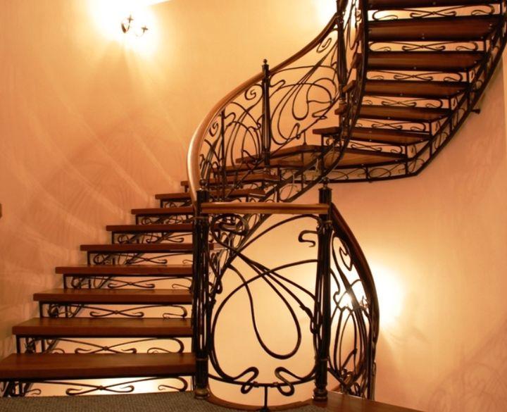 Лестница из долговечного и прочного металла