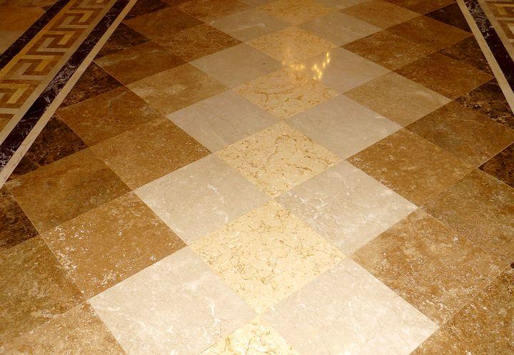 Мраморная плитка с нескользящей поверхностью