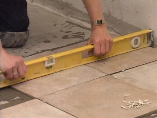 Как положить плитку на бетонный пол своими руками
