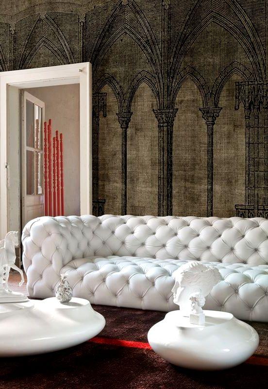 Необычные обои в гостиной с белым диваном