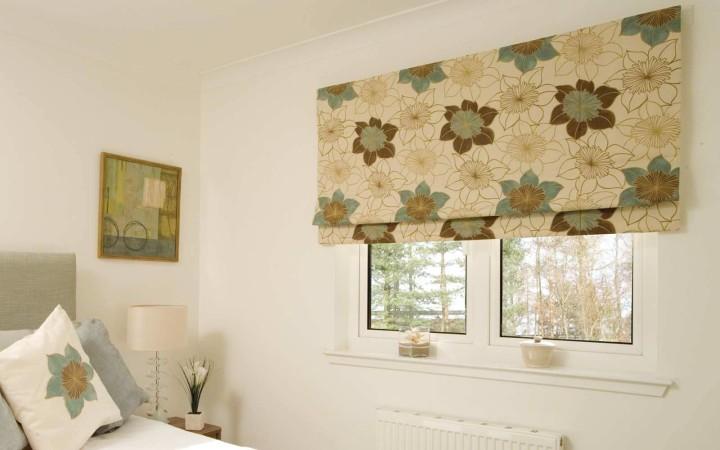 Римские шторы в спальню: красиво и изящно