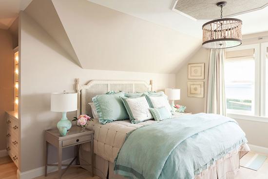 Вариант интерьера спальни в мансарде