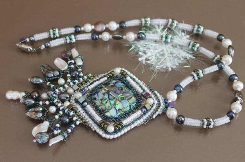 Кулон из бисера, бусин и камней