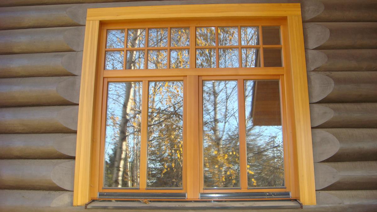 Окна с наличниками декоративными