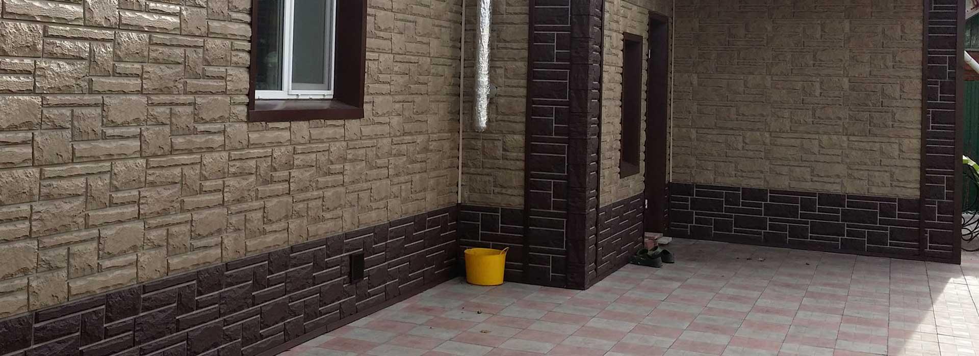 облицовка цоколя дома панелями под камень