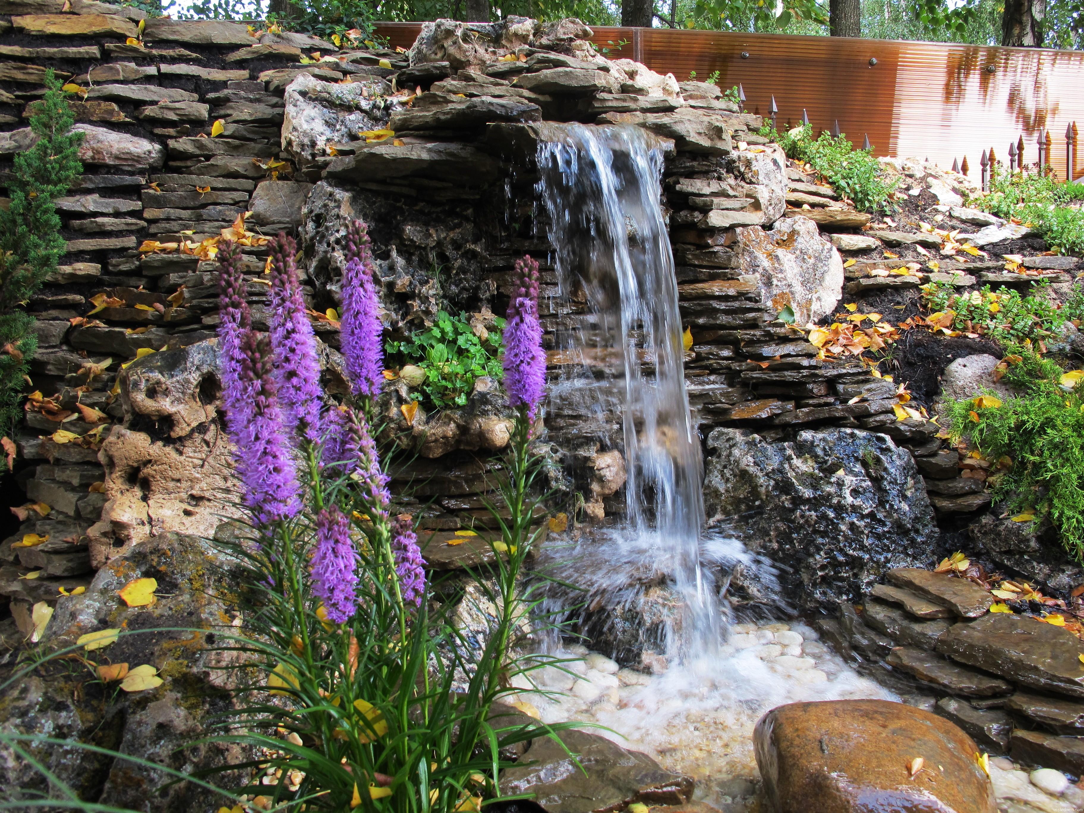 Декоративные фонтаны и водопады на улице