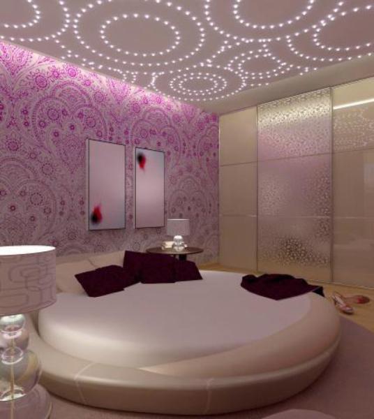 Дизайн потолка в узкой спальне