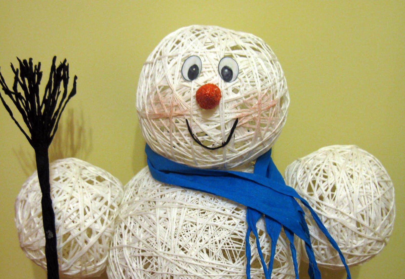 Снеговика можно сделать при помощи воздушных шариков, ниток и клея