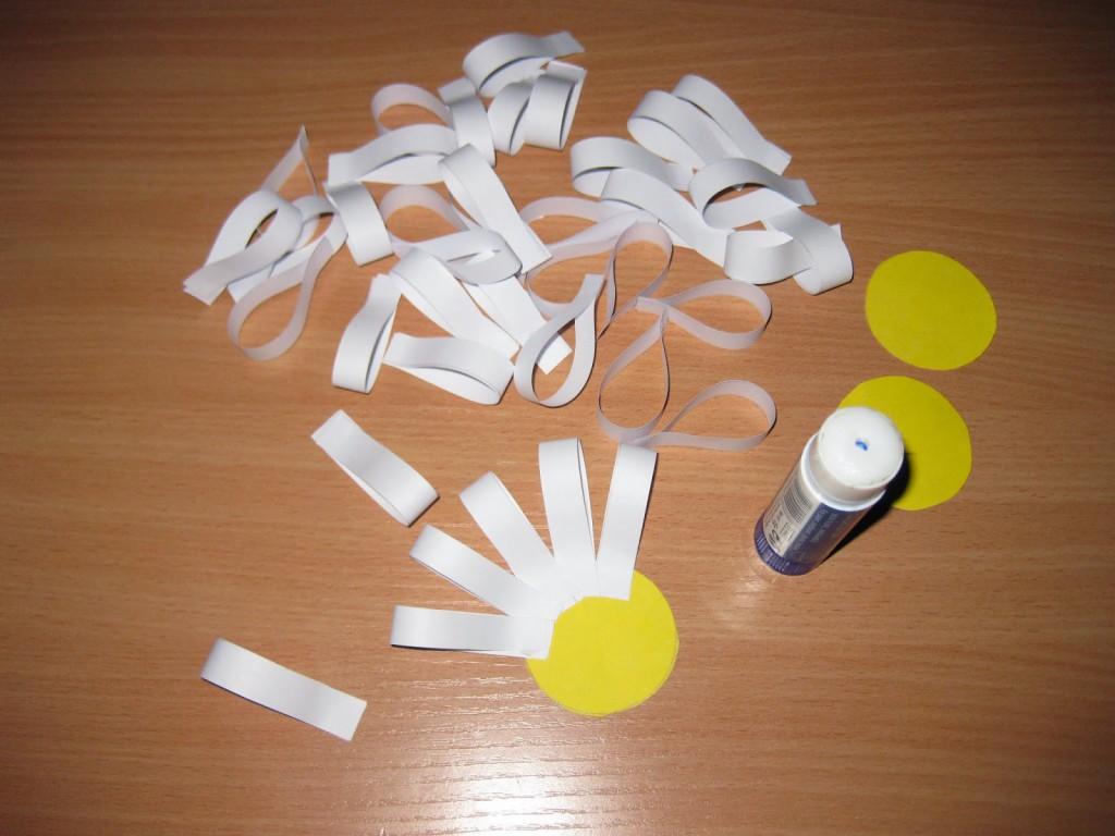 Изготовление ромашки из цветной бумаги