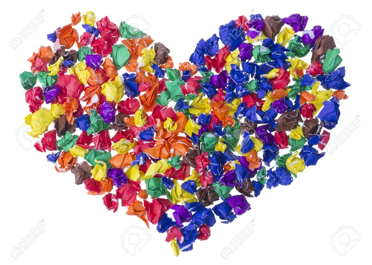 Аппликация в виде сердечка из смятой цветной бумаги