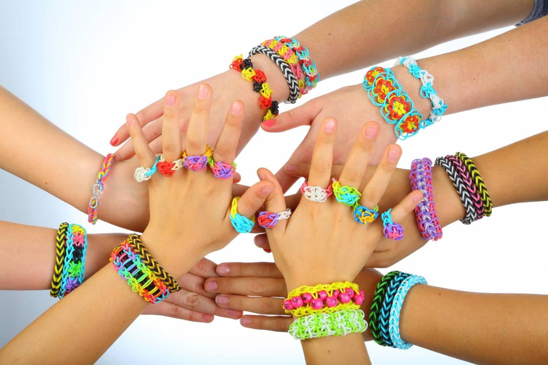 Из резинок можно сплести разнообразные браслеты, кольца