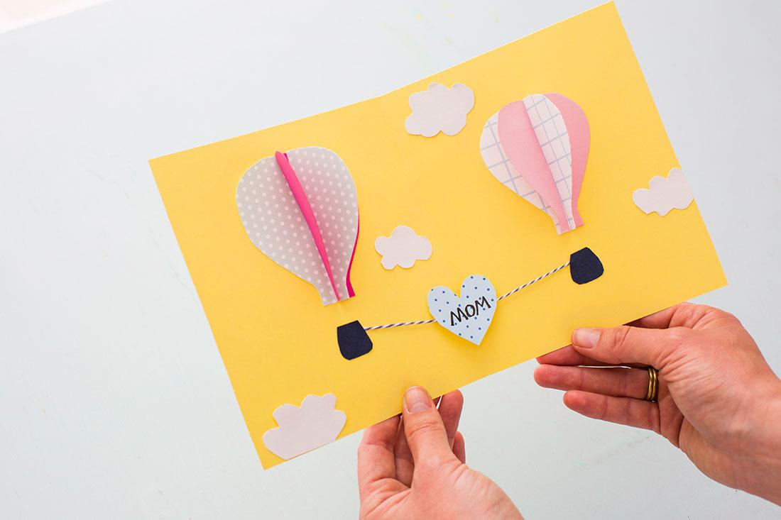 Как сделать очень красивую открытку для мамы из бумаги, клубочками