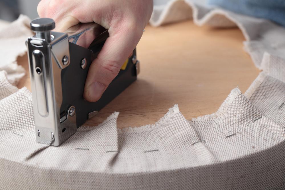 Фиксирование чехла при помощи степлера