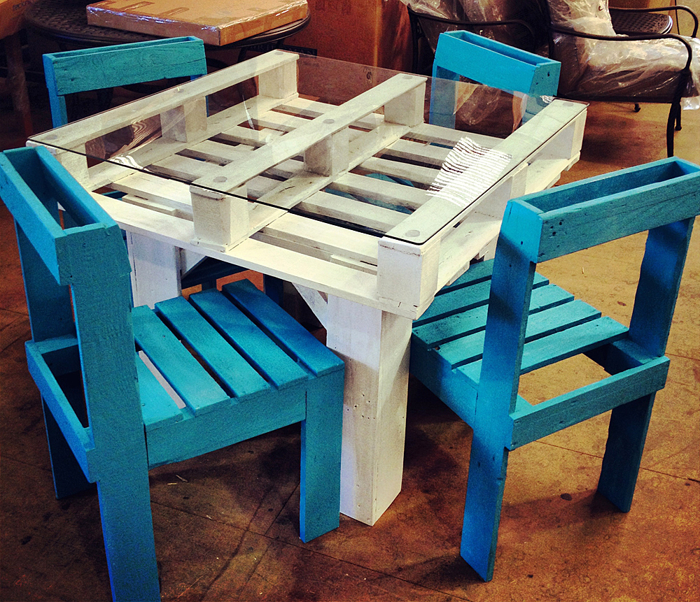Стол из поддонов и стулья из ящиков и поддонов