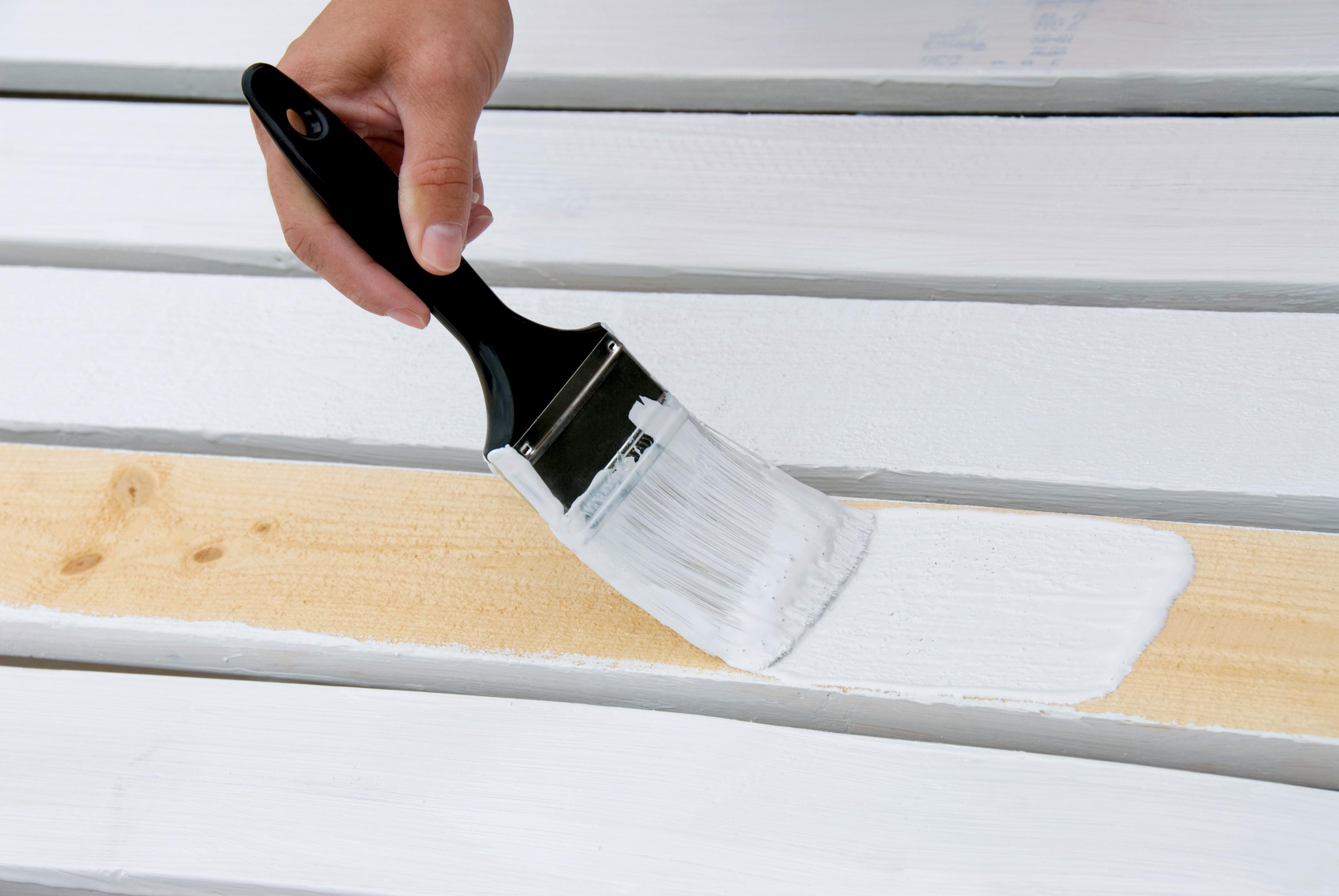 Покраска древесины с помощью кисти
