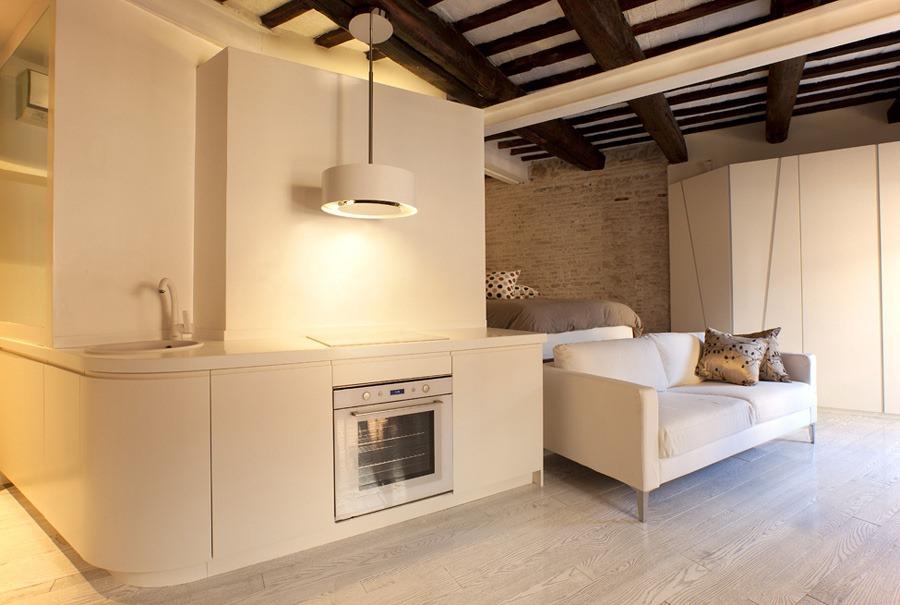 Из-за отсутствия стен в студии запахи и кухонный шум легко распространяются по всей комнате