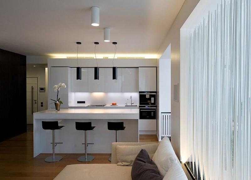 С помощью кухонного острова, тумбы, барной стойки или обеденного стола можно визуально разграничить зону гостиной и кухни