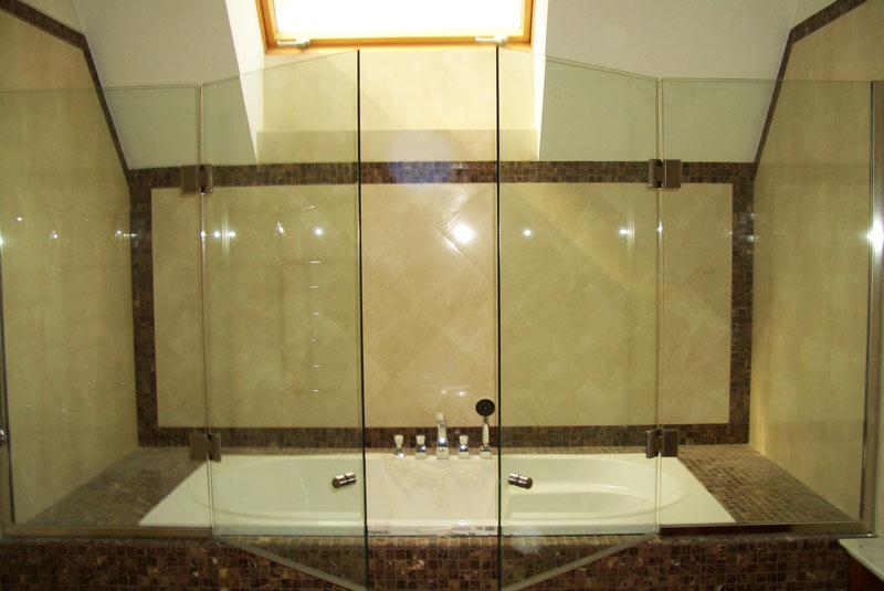 Стеклянные двери для ванной - практичная элегантность