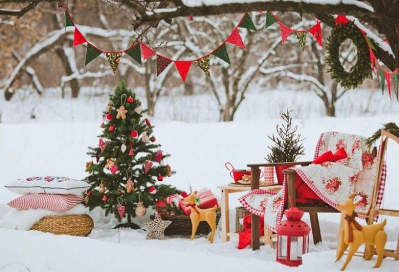 Праздничная новогодняя композиция во дворе