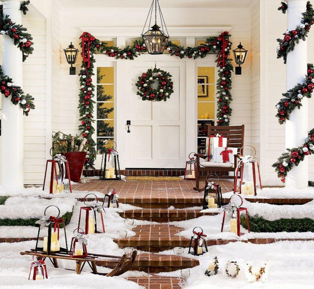 Украшение рождественским венком входной двери