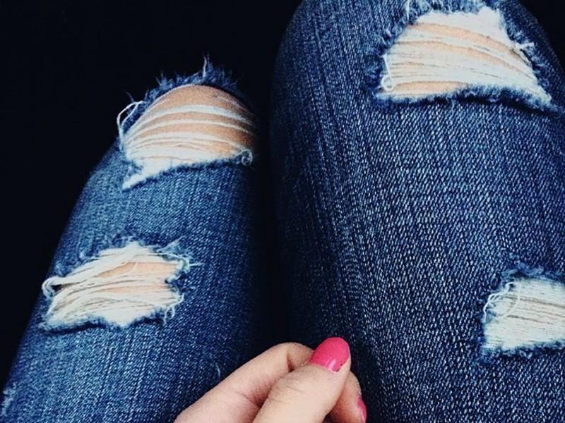Как из обычных джинс самостоятельно сделать рваные джинсы?