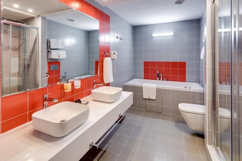 Ремонт в ванной своими руками, нюансы выбора материала для отделки в маленькой комнате