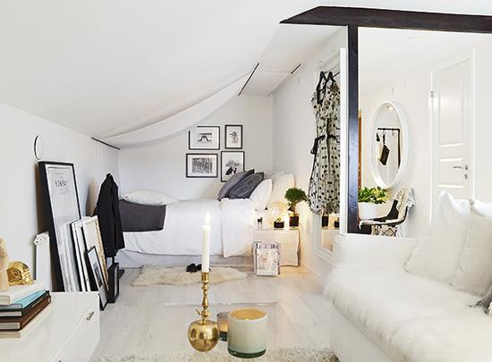 Белоснежная спальня на мансардном этаже