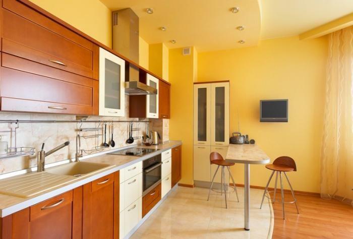 Натяжной потолок с точечными светильниками в интерьере кухни