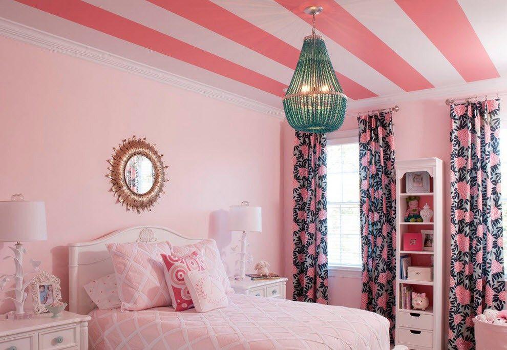 Стильное оформление потолка в розовой спальне