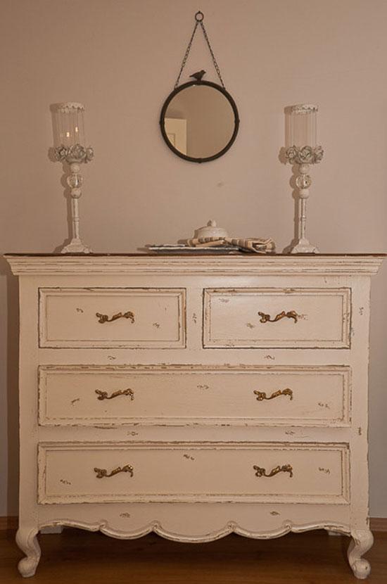 Комод — основной предмет мебели в прихожей во французском стиле