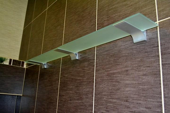 Как крепить стеклянную полку к стене