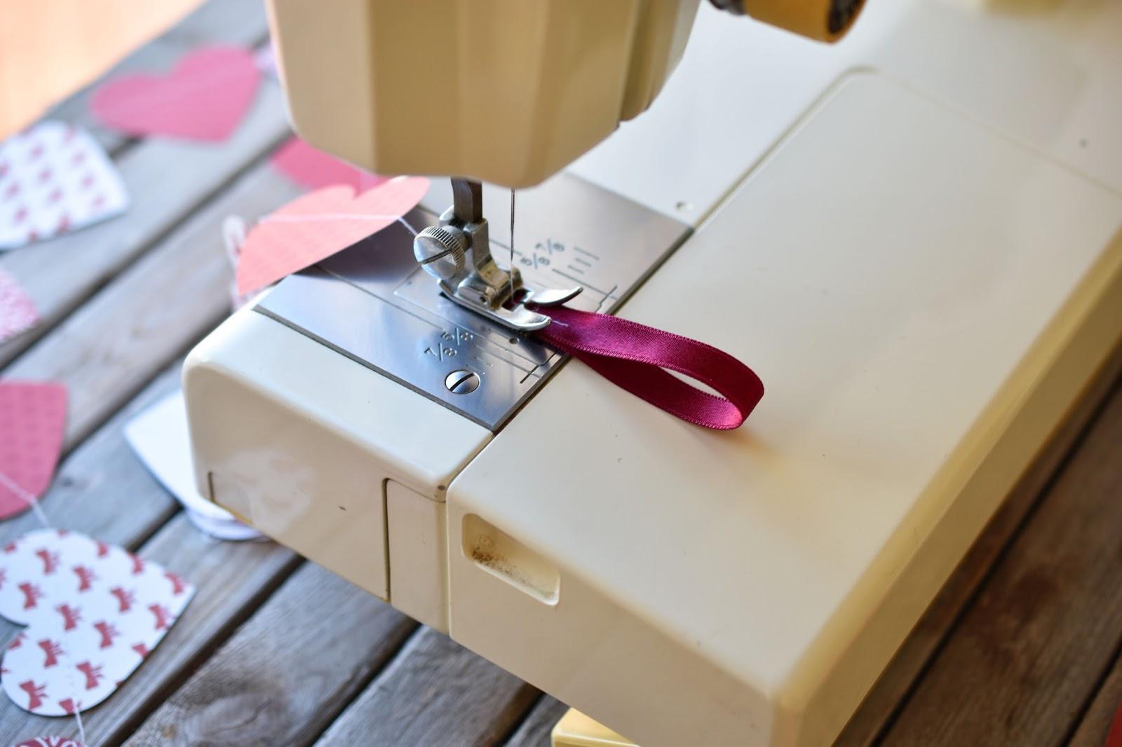 Прошивание и соединение гирлянды из бумаги