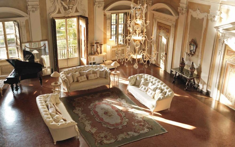 Массивные диваны в гостиной из благородных материалов