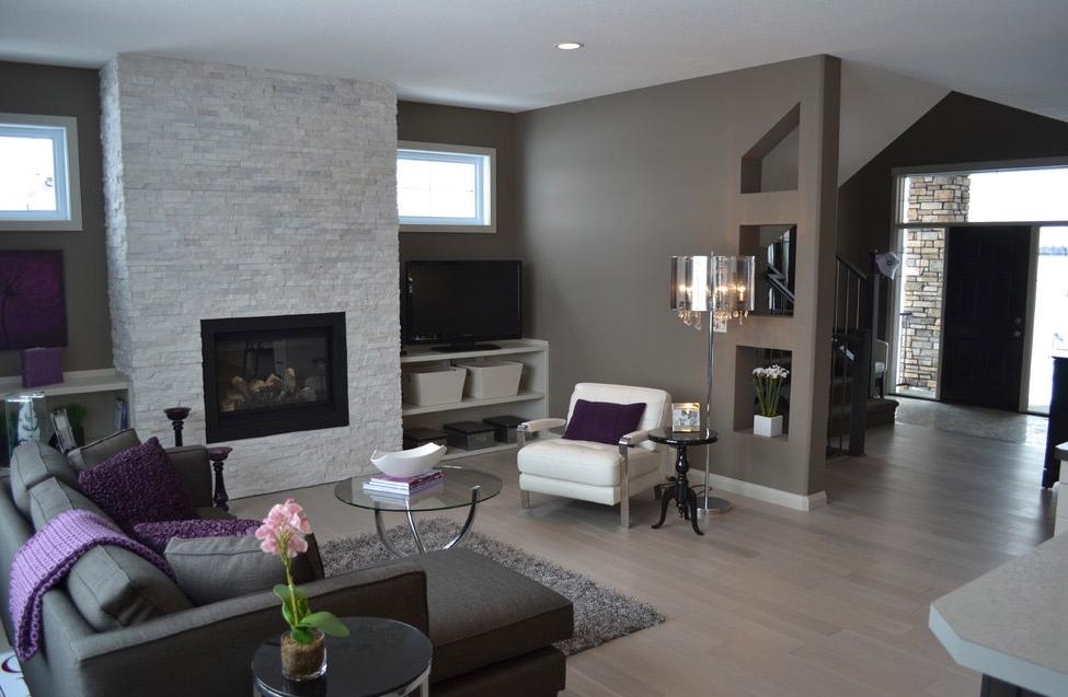 Металлические оттенки стен в интерьере современной гостиной