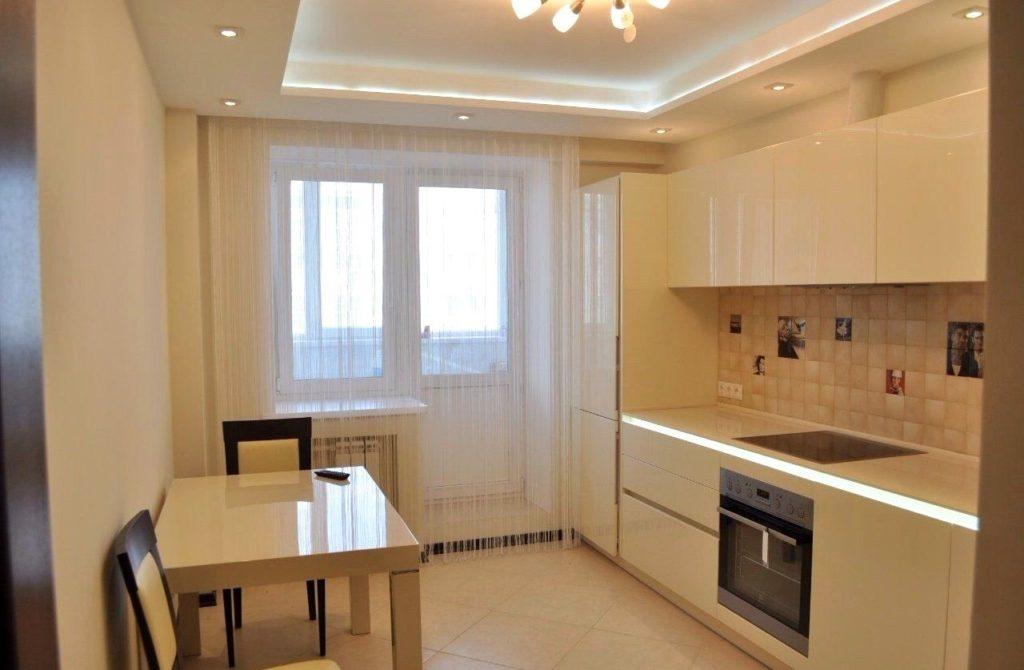 Двухуровневый натяжной потолок с точечными светильниками на кухне