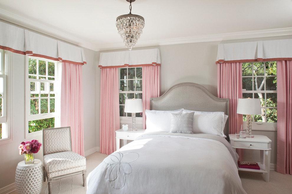 Нежно розовые шторы в спальне