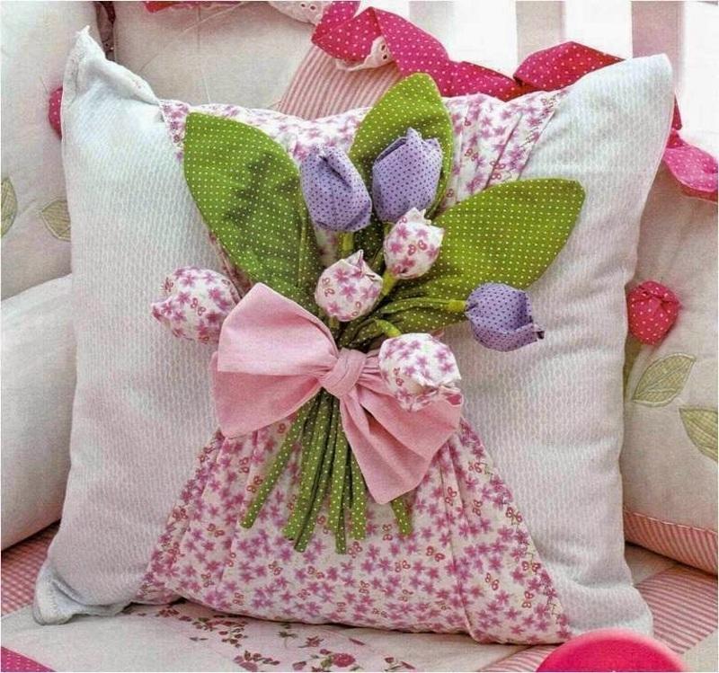 Декор подушки на 8 Марта своими руками