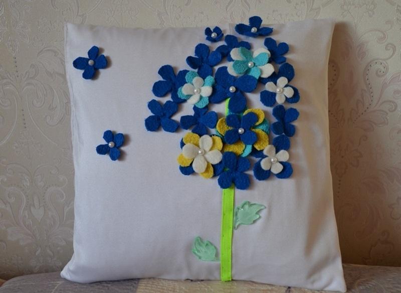 Декор подушки фетром и бусинами на 8 марта